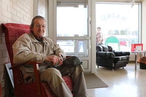 Matti Virta poikkeaa Harjavallan aikuisten kulmassa silloin tällöin. –Täällä näkee porukkaa ja voi lukea lehdet, hän kertoo.