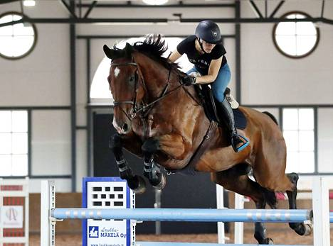 Kilpailut järjestetään Huittisissa MYH-Horses -tallilla. Arkistokuvassa ratsastusseura Varsaa edustava Minna Lehtonen ja ruuna Cerano.