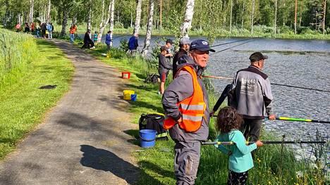 Vilppulassa Pukinlammen rannalla otettiin tuntumaan mato-ongintaan viime viikon tiistaina.