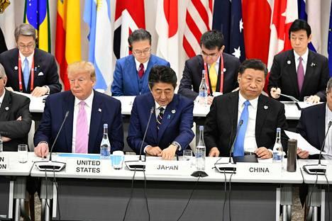 Yhdysvaltain presidentti Donald Trump (vas.)  ja Kiinan presidentti Xi Jinping (oik.) tapasivat G20-maiden kokouksessa. Kuvassa keskellä Japanin pääministeri Shinzo Abe.