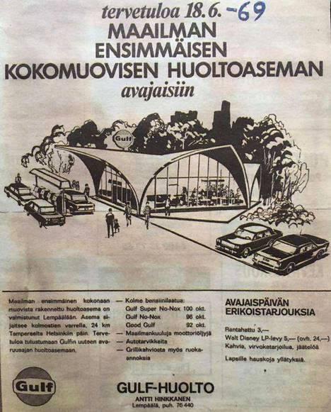 """Tällaisella ilmoituksella Gulfin avajaisia mainostettiin vuonna 1969. Otsikossa lukee: """"Tervetuloa maailman ensimmäisen kokomuovisen huoltoaseman avajaisiin."""""""