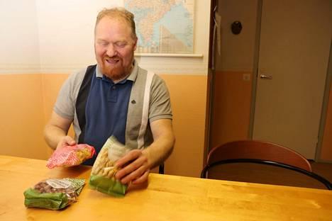 Ari Kylmänen esittelee pähkinöitä ja banaanilastuja, joita hänen yrityksensä tuo maahan.