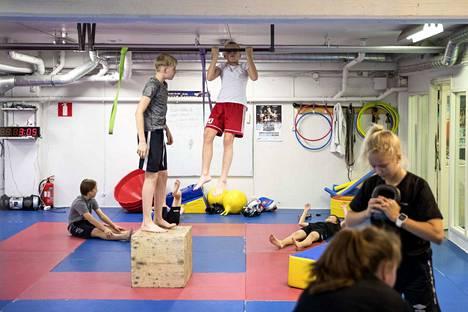 Kuninkaanhaan urheiluyläkoulussa liikutaan aktiivisesti. Eeli Äijälä seurasi tarkasti Niilo Puustisen leuanvetoa.