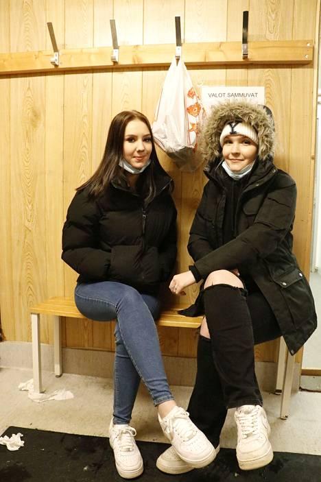 Venla Sivonen (vas.) ja Katariina Sulkava varoittavat jättämästä mitään arvokasta Sorsapuiston pukukoppiin luistelun ajaksi.