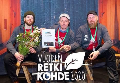 Palkinnon ottivat vastaan GoExpo-messuilla Helsingissä Mika Kuronen (vas.), Pete Mäkelä ja Mika Telkkä Ekokumppaneilta.