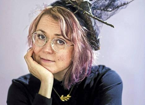 Kirjailija-esitystaitelilija Meiju Niskala vierailee varhaislapsuutensa kotikunnan Multian kirjastossa keskiviikkona. Hänen tuore romaaninsa Sata kirjettä kuolleelle äidille on parhaillaan Runeberg-palkintoehdokkaana.