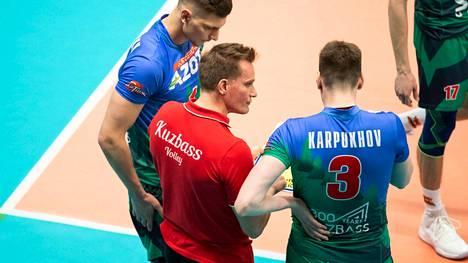 Tuomas Sammelvuon pelaajien mukaan tiukkailmeinen päävalmentaja antaa miehistölleen myös siimaa. Hänen venäjäntaitonsa on tehnyt pelaajiin suuren vaikutuksen. Kuva vuodelta 2019 Kuzbass Kemerovon peräsimestä.