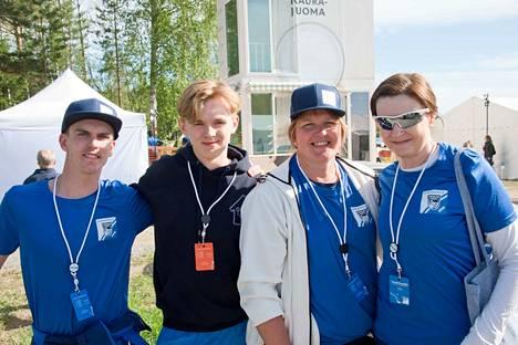 Emil Piippo (toinen vas.) on vastuussa Jukolan Instagramista ja Snapchatista. Myös Roope Kontkanen (vas.) on samassa tiimissä. Myös äidit Tarja Piippo (oik.) ja Veronica Kontkanen ovat vapaaehtoishommissa.