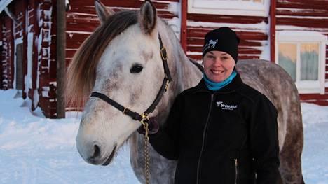 Henna Viikilän kanssa samaan kuvaan asteli hevostilan oma kasvatti Viikilän Erämies.