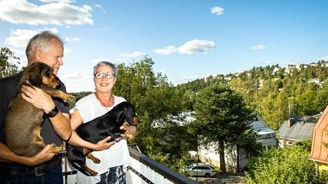 Antti Peltonen ja Soile Ruusunko löysivät toisensa Tahmelasta mäyräkoiriensa ansiosta. Pariskunnalla on myös nykyisin kaksi mäyräkoiraa: karkeakarvainen Aino ja sileäkarvainen Sibelius.