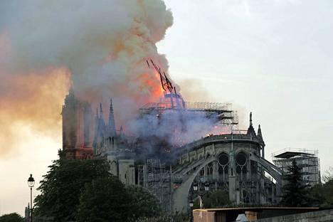Katedraalin kirkontorni romahti liekkeihin palon edettyä rakennuksen rakenteisiin. Pelastusviranomaiset evakuoivat katedraalin lähialueet.