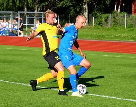 Nopsin ja Tamun peli päättyi tasapeliin. Tuomas Lehti (Nops) ja Mauno Siren (Tamu) taistelussa pallosta.