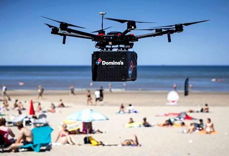 Drone-kuljetuksia kokeillaan muuallakin kuin Yhdysvalloissa–muun muassa Suomessa. Tässä pizzatoimitus saapuu ilmateitse hollantilaiselle uimarannalle.