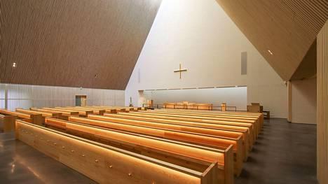 Kirjoittaja näkee yhtäläisyyksiä Ylivieskan hiljattain vihityn Pyhän Kolminaisuuden kirkon sekä Valkeakosken yli 50-vuotiaan kirkon välillä.