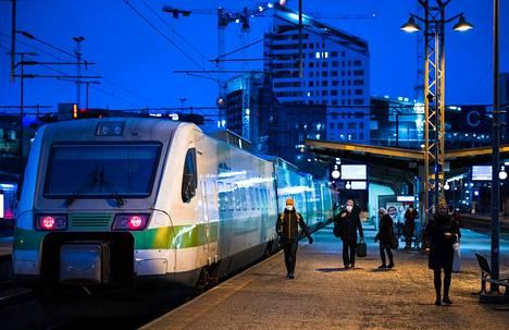 Junaliikenne vähenee maanantaista alkaen Tampereen rautatieasemalla. Syynä on VR:n mukaan junavuorojen heikentynyt kysyntä. Tältä rautatieasemalla näytti marraskuussa 2020.