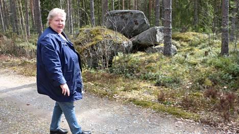 Merikarvialainen Eerika Koivutalo näki karhun löntystelevän tästä kohtaa metsän kätköihin. Hän itse oli silloin noin 20 metrin päässä.