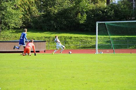 KePa51:n Teemu Huoponen ohjaa pallon pelin 21. minuutilla KeuPan maaliin.