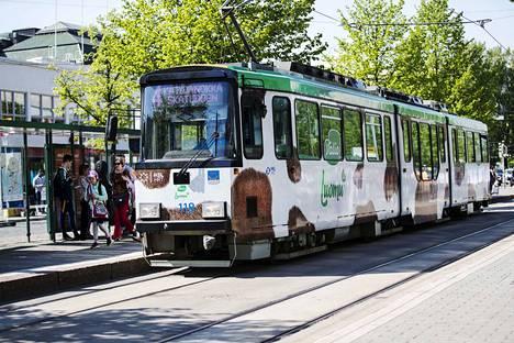 Ratikka on haluttua mainospintaa kaikissa maailman ratikkakaupungeissa. Maailmalla näkee vaikka kuinka kirkkaasti teipattuja tai maalattuja vaunuja. Tämä esimerkki on Helsingistä vuodelta 2018.