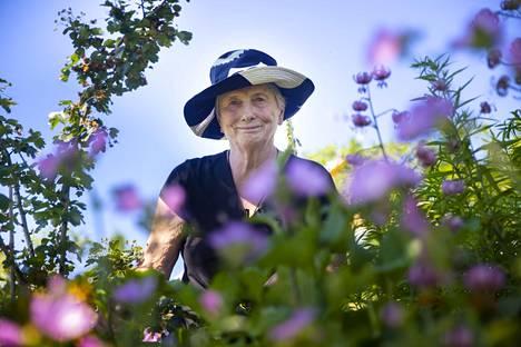 Marja-Liisa Alanissi, 88, on luonut vuosien mittaan mielikuvitusta kiehtovan puutarhan.