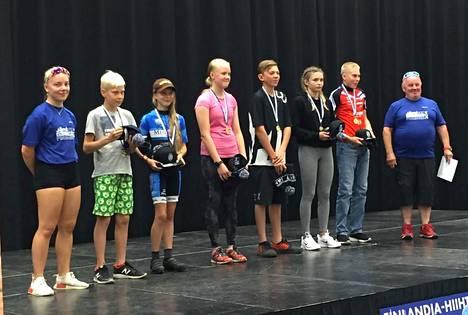 Minimaratonin (18 km) voittajat: 2. vasemmalta P10 Toivo Koivu, T12 Anni Teronen, T14 Henriikka Kiuru, P14 Hugo Helgas, T16 Wilma Kivikari, P16 Onni Kaapu. Kuvassa myös palkintojen jakajat 1. vasemmalta Henna Viitala, 1. oikealta Hannu Viitala.
