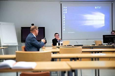 Lauri Lyly ja Juhani Sand osallistuivat viime tiistaina Pirkanmaan koronanyrkin eli alueellisen pandemiaohjausryhmän kokoukseen. Ryhmä kokoontuu seuraavan kerran tiistaina.