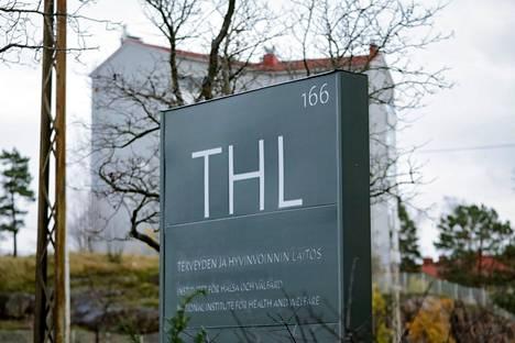 Terveyden ja hyvinvoinnin laitos (THL) pitää tiistaina tiedotustilaisuuden, jossa se kertoo muun muassa rokotekehityksen tilanteesta. Kuvassa THL:n kyltti Helsingin Mannerheimintiellä.