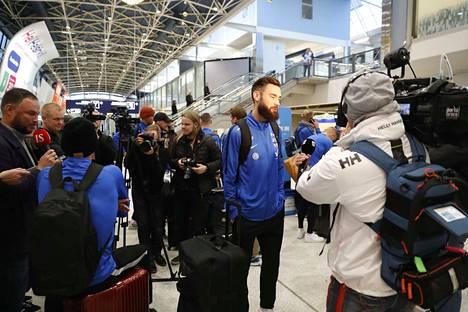 Huuhkajia oli vastassa suuri määrä mediaa lauantaina Helsinki-Vantaalla. Tim Sparv kertoi, että juhlat sujuivat yhtenä joukkueena hienosti.