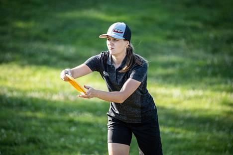 Raumalainen Henna Blomroos voitti frisbeegolfin EM-kultaa.