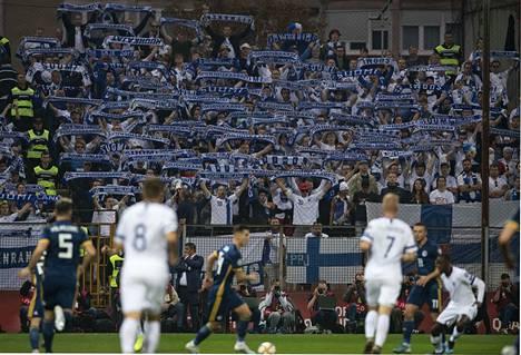 Bosniaa povattiin Suomen edelle EM-karsintalohkossa. Kotiottelussaan joukkue näyttikin parhaimman tasonsa, joka oli erittäin korkea. Harva ryhmä olisi saanut raavittua Zenicasta mukaansa edes tasapelin. Suomalaisfanit jaksoivat kannustaa omiaan loppuun saakka.