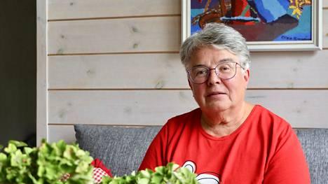 Nykyään Arja Karppisella on aikaa rentoutua Hallissa sijaitsevalla mökillä.
