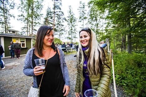 Sanna Ojanen (vas) ja Jaana Heinonen olivat Kirjazz & Blues -tapahtumassa ensimmäistä kertaa. Osallistuminen oli ollut mielessä aikaisemminkin, mutta vasta nyt aikataulut solahtivat paikoilleen. Ystävykset kehuvat Kirjaslampea ihanaksi ja tunnelmalliseksi paikaksi. –Ei edes sada, vaikka niin lupailtiin!