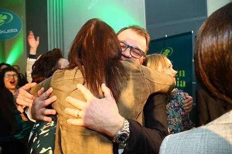 Keskustan puheenjohtaja Juha Sipilä sai halauksen lohdutuksena heikosta vaalituloksesta sunnuntaina illalla.