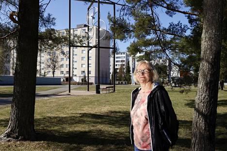 Kirjoittamista koko ikänsä harrastanut Pirta Sarin rohkaistui koronapandemian aikana julkaisemaan tekstejään omakustanteina. Hän asuu Porin Sampolassa.