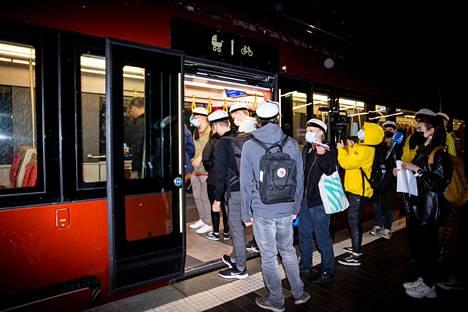 Ratikan ensimmäinen virallinen vuoro kiinnosti kovasti Hervannassa. Linja 3 lähti liikkeelle aikataulussa kello 4.26.