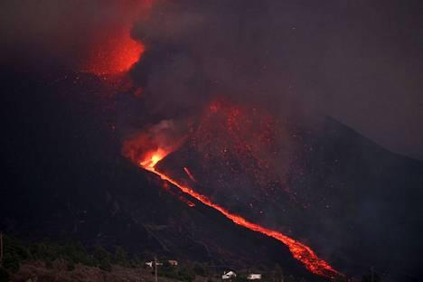 Tulivuorenpurkauksesta nousi perjantaina 24. syyskuuta sankkaa savua.