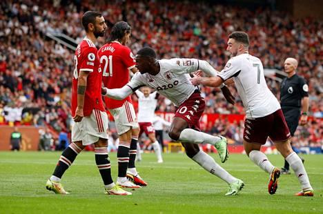 Aston Villan Kortney Hause puski Manchester Unitedin kumoon.