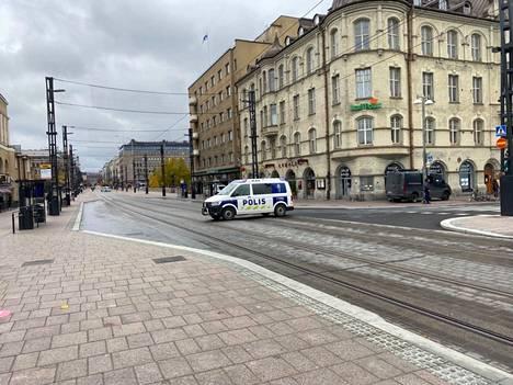 Paikalla oli useita poliisin ajoneuvoja.