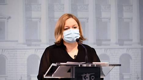 Perhe- ja peruspalveluministeri Krista Kiuru (sd) kuvattuna hallituksen hybridistrategian päivittämistä koskevassa tiedotustilaisuudessa Helsingissä 6. syyskuuta 2021