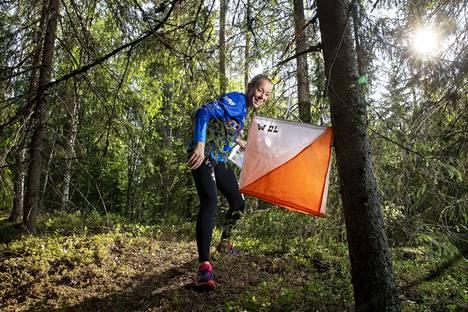 Aamulehden lukijajoukkueen Jenni Ahola viimeisteli kuntoaan Nirvan metsissä viime tiistaina.