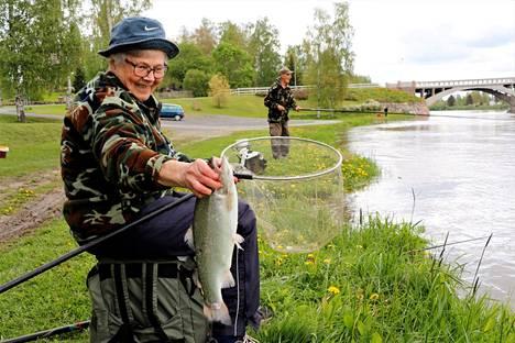 Pirkko ja Paavo Iso-Ilomäki poikkesivat vanhan sillan pielessä kokeilemassa kalaonneaan. Jo puolessa tunnissa he saivat kolme kirjolohta.