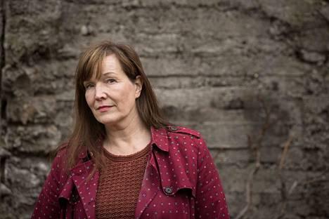 Johanna Vuoksenmaan esikoisromaani Pimeät tunnit on viisas ja lämmin kuvaus perheen hajoamisesta 1970-luvulla. Näkökulma on keskiluokkaisen perheen murrosikäisen tyttären.