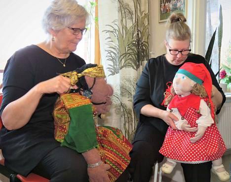 Laila Laukkanen ja Soile Hintikka-Halonen ovat innostuneet nukketeatterista. Helmikuussa he lähtevät kursseille, jossa harjoitellaan lisää nukkien kanssa näyttelemistä.