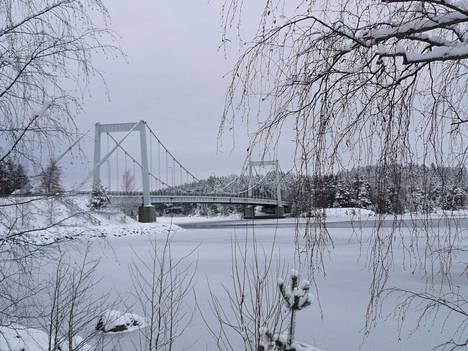 Hannu Eskolin kuvasi Sääksmäen sillan ja vähitellen jäätyvän Vanajaveden 6. tammikuuta.