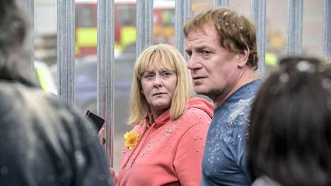 Brittiläisessä minisarjassa Pollyn (Sarah Lancashire) ja Iwan Bevanin (Mark Lewis Jones) tytär on murtautunut muiden nuorten kanssa tehdasrakennukseen, jossa tapahtuu räjähdys.