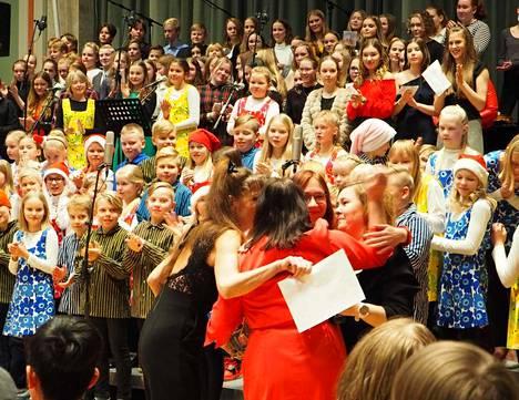 Musiikkiluokat pitivät joulukonsertin keskiviikkona Kerholassa. Nokian musiikkiluokkien tuki -yhdistys muisti samalla opettaja Tuula Puolitaivalta, jolle myönnettiin Suomen valkoisen ruusun 1. luokan mitalin koristein. Hän sai lämpimät halaukset opettajakollegoiltaan.