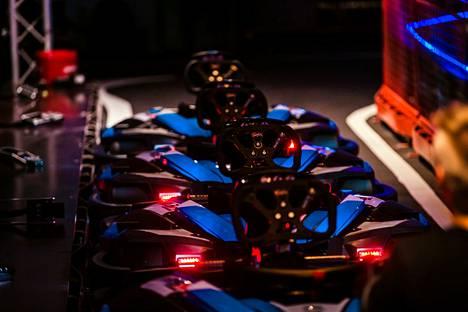 20 sähkömikroautoa ja 400 metriä sisärataa luovat kartingille loistavat olosuhteet aivan kauppakeskuksen sydämessä.