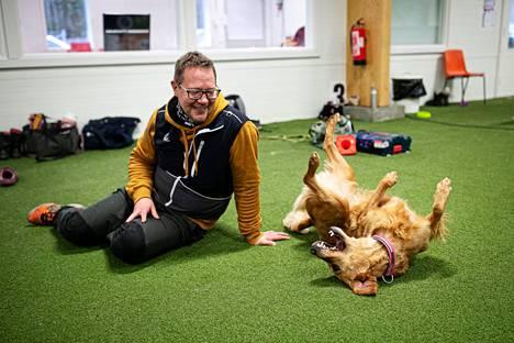 Miten koiran saa tottelemaan, seitsemänvuotiaan kultaisennoutajan Pamelan isäntä Marko Vuorenmaa Hollolasta? – Luomalla koiran kanssa äärettömän hyvän suhteen. Kun koira kokee, että sillä on kivaa, se haluaa yrittää aina vain enemmän.