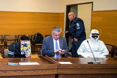 Halssinrannan murhatuomioille saatiin sinetti lokakuun lopussa, kun Vaasan hovioikeus piti lehden takana piilottelevan Leif Ahlgrenin ja valkoiseen huppariin pukeutuneen Jani Blomeruksen elinkautiset rangaistukset ennallaan.