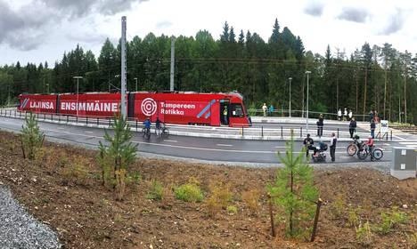 Puolenpäivän aikaan lauantaina ratikka keräsi Tampereella katsojia näin. Sen sijaan aamulla reitillä näkyi yksittäisiä ihmisiä.