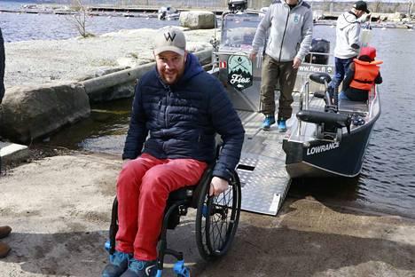 Heikki Konttisen mukaan vammainen pystyy hydraulisen rampin ansiosta vaikka yksin ajelemaan esteettömällä veneellä.